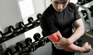 Біль в руках після тренування: причини і як від нього позбавитися