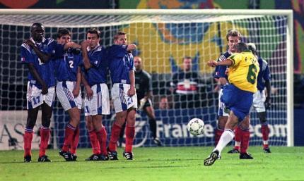 Шок Бартеза: ровно 23 года назад Роберто Карлос забил гол, которым заставил исследовать физику
