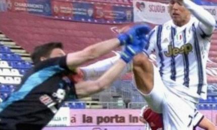 Шипами прямо в лицо голкиперу: босс Кальяри считает, что рефери должен был удалить Роналду