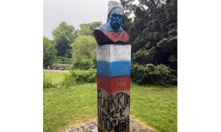 В цвета российского флага: в Копенгагене раскрасили памятник Т. Шевченко накануне матча Дания – Россия