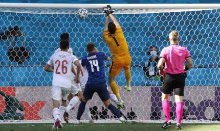 Автоголов много не бывает. Голкипер сборной Словакии забивает в свои ворота