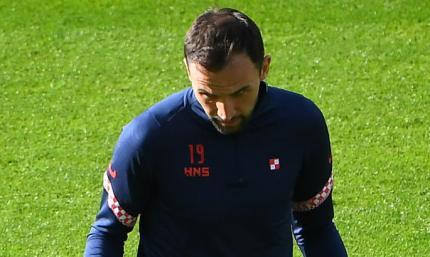 Хавбек сборной Хорватии разделся после матча с Испанией и отдал форму болельщикам