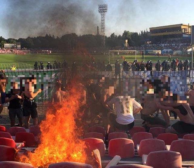 Фанаты Карпат сожгли трибуну на луцком стадионе Авангард. ФОТО, ВИДЕО - изображение 2