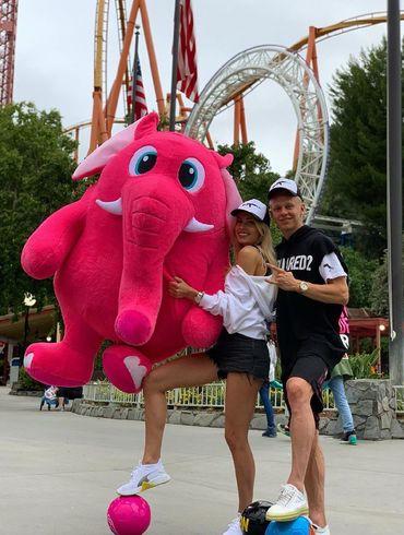 Зинченко со своей девушкой отдыхает в Лос-Анджелесе и мучается с розовым слоном. ВИДЕО