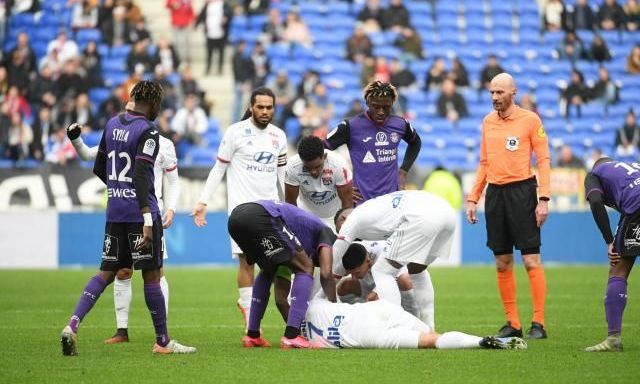 Хавбек Лиона потерял сознание и упал на газон во время матча с Тулузой