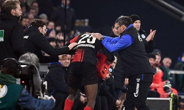 Тренер Шальке придержал игрока Герты – тот взбесился и опрокинул ящик с водой. Судья удалил обоих