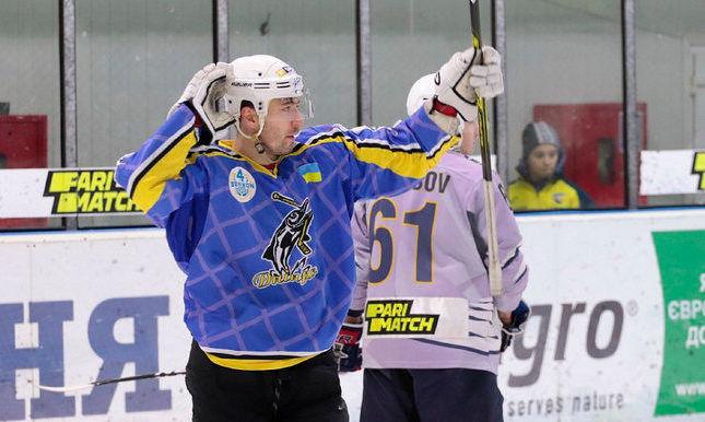 Шедевр в украинском хоккее: форвард Днепра забросил из-за ворот. ВИДЕО