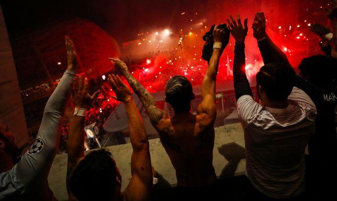Фаны ПСЖ ярко поддержали команду за пределами стадиона – Неймар и Мбаппе вышли к ним после матча