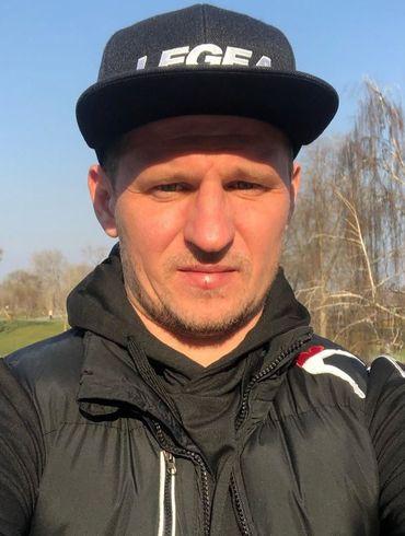 Думаю, коронавирус - фейк. Александр Алиев прогулялся по улицам Киева во время карантина. ВИДЕО