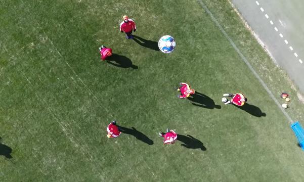 Сердечко и попытка попасть мячом в беспилотник: тренировка Ингульца с высоты