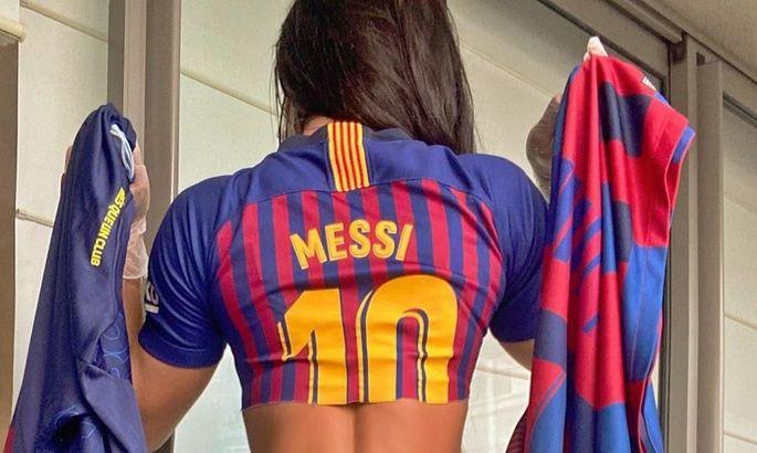 Звезда Playboy и фанатка Месси начала продавать футболки Барселоны из своей личной коллекции. ФОТО