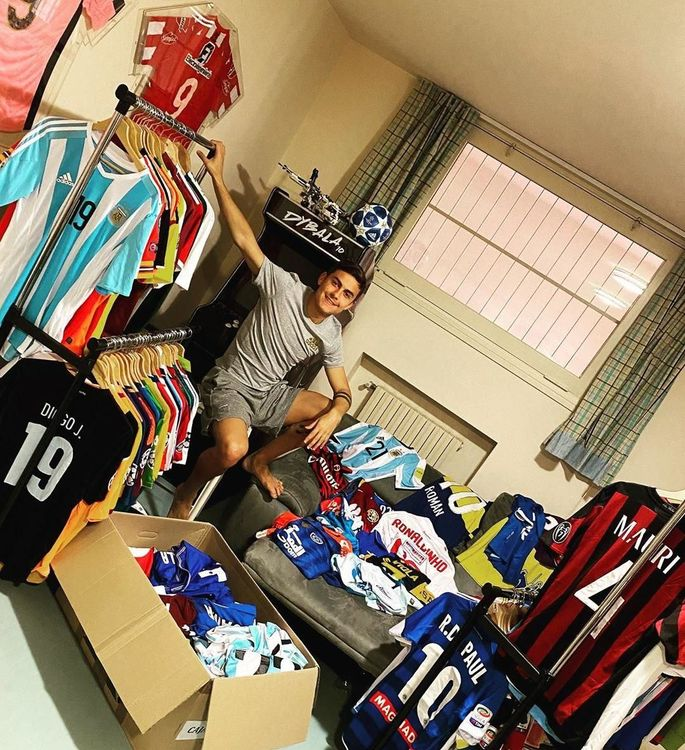Лео Месси и Пауло Дибала показали свои огромные коллекции футболок. ФОТО - изображение 1