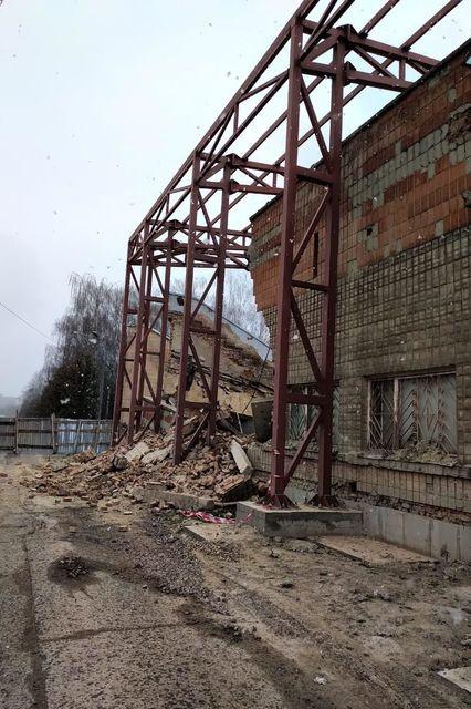 На стадионе Авангард в Ровно рухнула часть трибуны - изображение 1