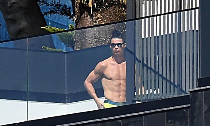 Экс-президент Ювентуса: Роналду сказал, что едет к матери, а сам загорает у бассейна!