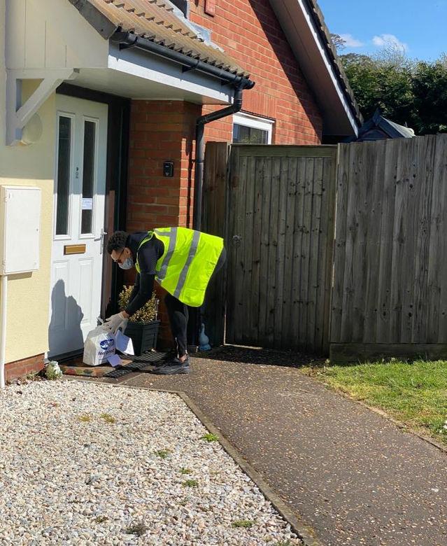 Известные английские футболисты-близнецы работают волонтерами во время эпидемии. ФОТО - изображение 3
