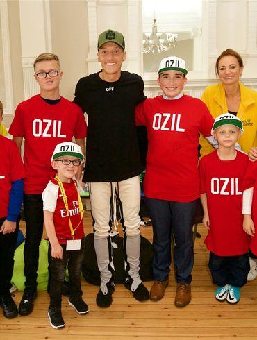 Месут Озил - один из самых щедрых футболистов АПЛ. Спасает детей и кормит бездомных. ФОТО