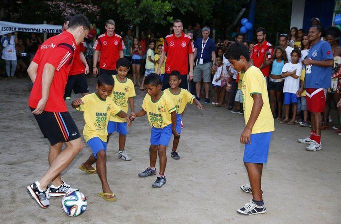 Месут Озил - один из самых щедрых футболистов АПЛ. Спасает детей и кормит бездомных. ФОТО - изображение 3