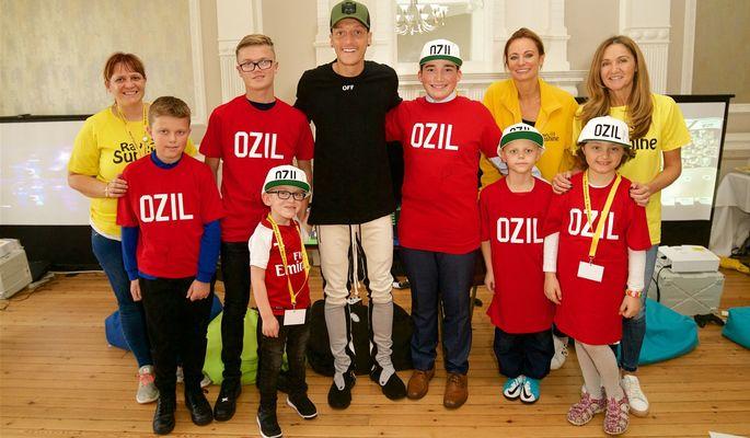 Месут Озил - один из самых щедрых футболистов АПЛ. Спасает детей и кормит бездомных. ФОТО - изображение 6