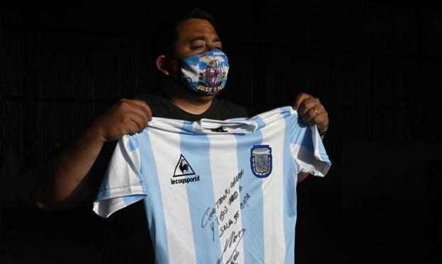 Марадона пожертвував свою футболку з переможного ЧС-86. Вдалося зібрати 90 кг їжі