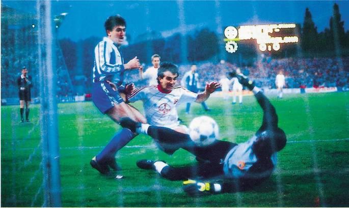 32 роки тому відбувся унікальний фінал Кубка УЄФА. Під час серії пенальті на полі були глядачі