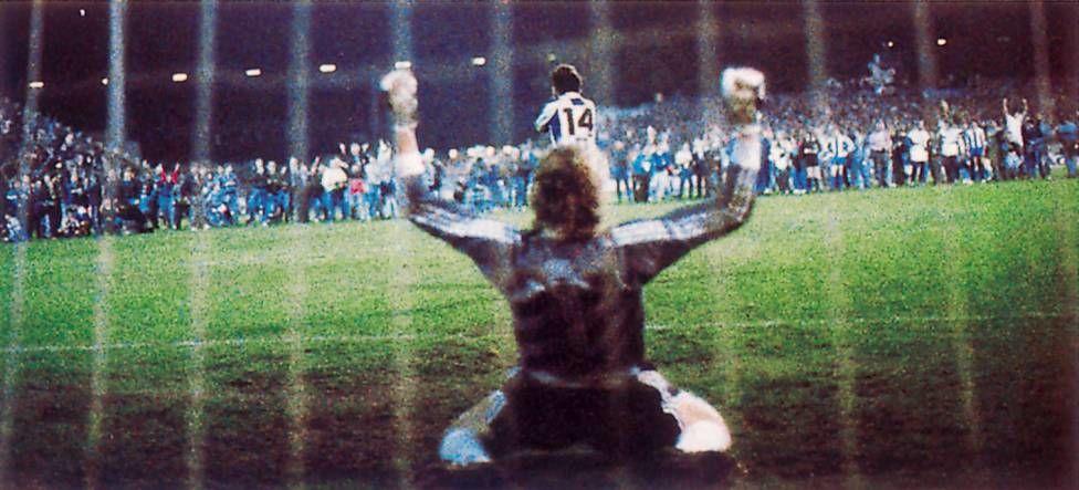 32 роки тому відбувся унікальний фінал Кубка УЄФА. Під час серії пенальті на полі були глядачі - изображение 1