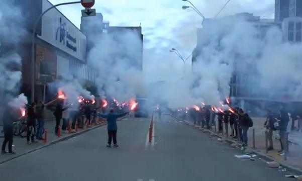 Київські ультрас продемонстрували ефектну зустріч автобусів Динамо і Шахтаря з фаєрами