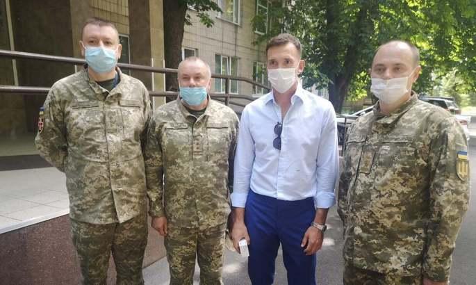 Шевченко посетил военный госпиталь и передал помощь пострадавшим в российско-украинской войне