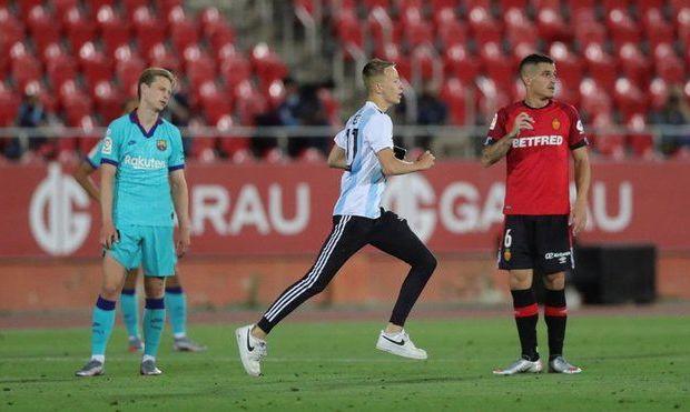 Фанат хотел фото с Месси, а теперь Ла Лига подаст на него в суд