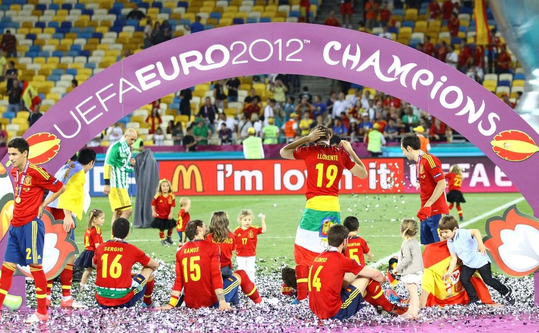 Последний турнир имени тики-таки: ровно 8 лет назад Испания обыграла Италию в финале ЕВРО-2012 - фото 7