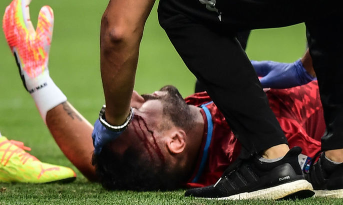 Оспіна покинув поле в матчі з Аталантою на ношах після зіткнення із коліном одноклубника