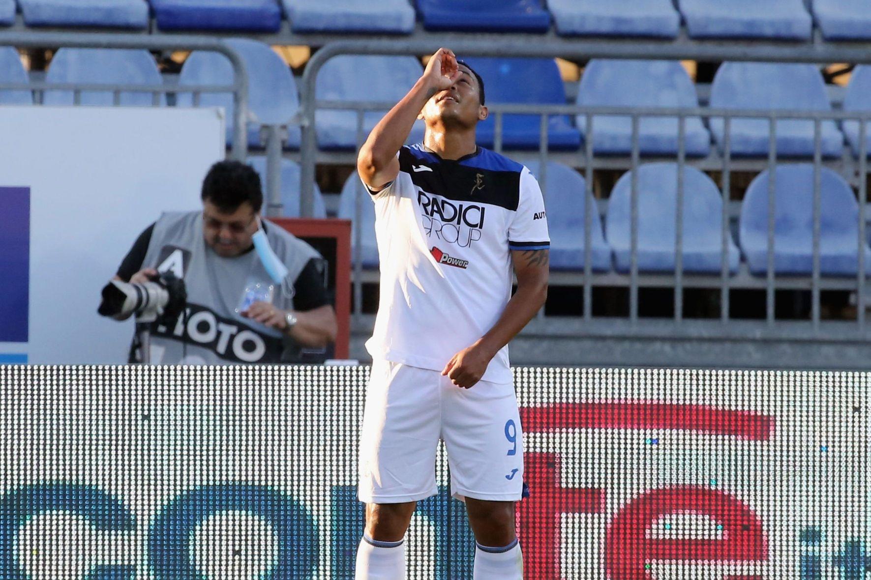 Малиновский заработал пенальти в матче с Кальяри. Защитник получил красную - изображение 1