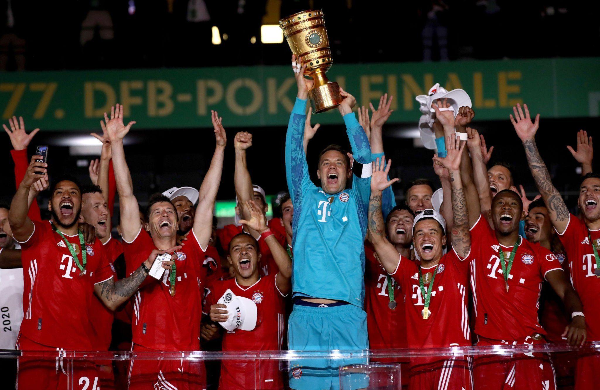 Игроки Баварии празднуют победу в Кубке Германии-2020