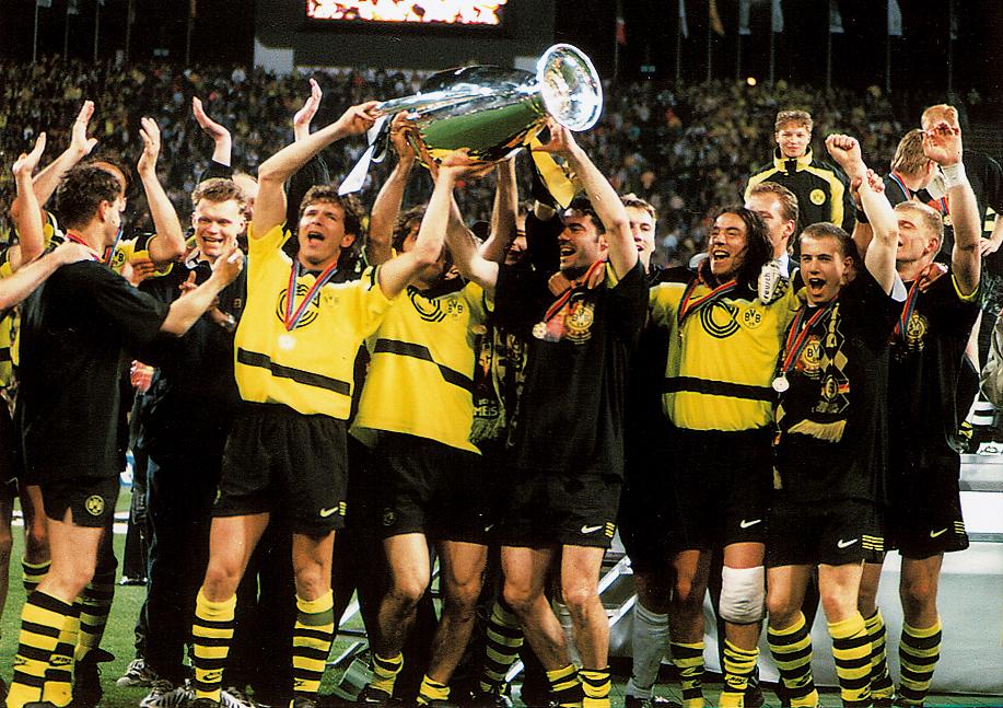 Игроки Боруссии празднуют победу в Лиге чемпионов-1997