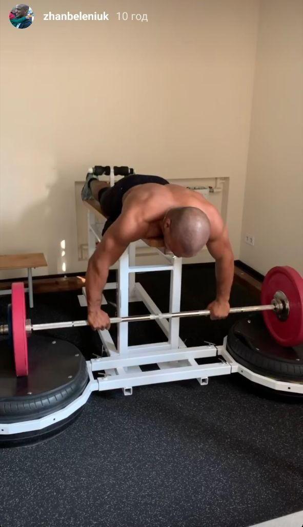 Силовая от чемпиона: Жан Беленюк качает массу в спортивном зале. Фото - изображение 1