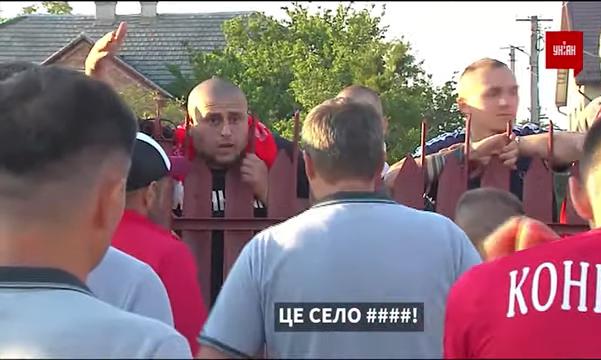 Болельщики Волыни обзывали Агробизнес, бежали бить Собуцкого и изувечили автомобиль