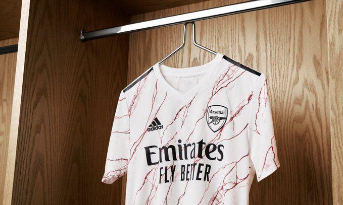 Вдохновлена мрамором Хайбери: Арсенал презентовал гостевую форму на следующий сезон