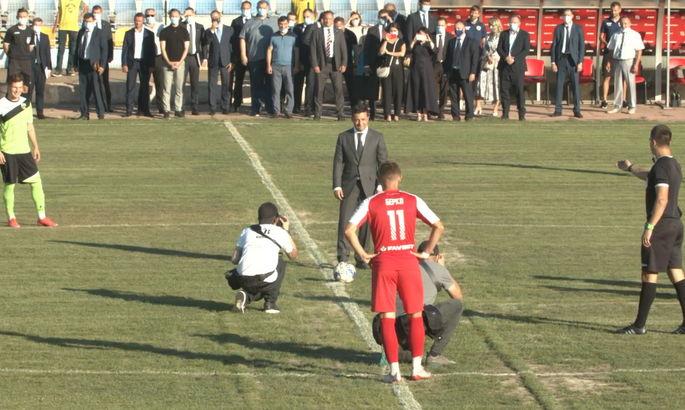 Первый матч Кривбасса начался с задержкой из-за опоздания Зеленского. Президент сделал первый удар по мячу
