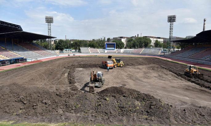 На домашнем стадионе Мариуполя демонтировали старый газон