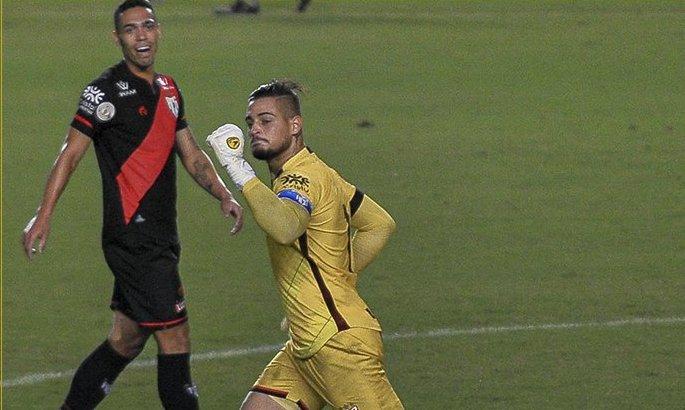 Дело Рожерио Сени живет. В Бразилии вратарь забил с игры после неудачного штрафного. ВИДЕО