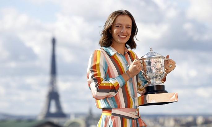 Фотосессия Швентек с главным трофеем Roland Garros. Фото