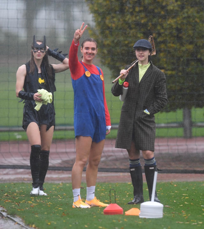 Очаровательные футболистки Арсенала появились на тренировку в хэллоуинских костюмах. ФОТО - фото 6