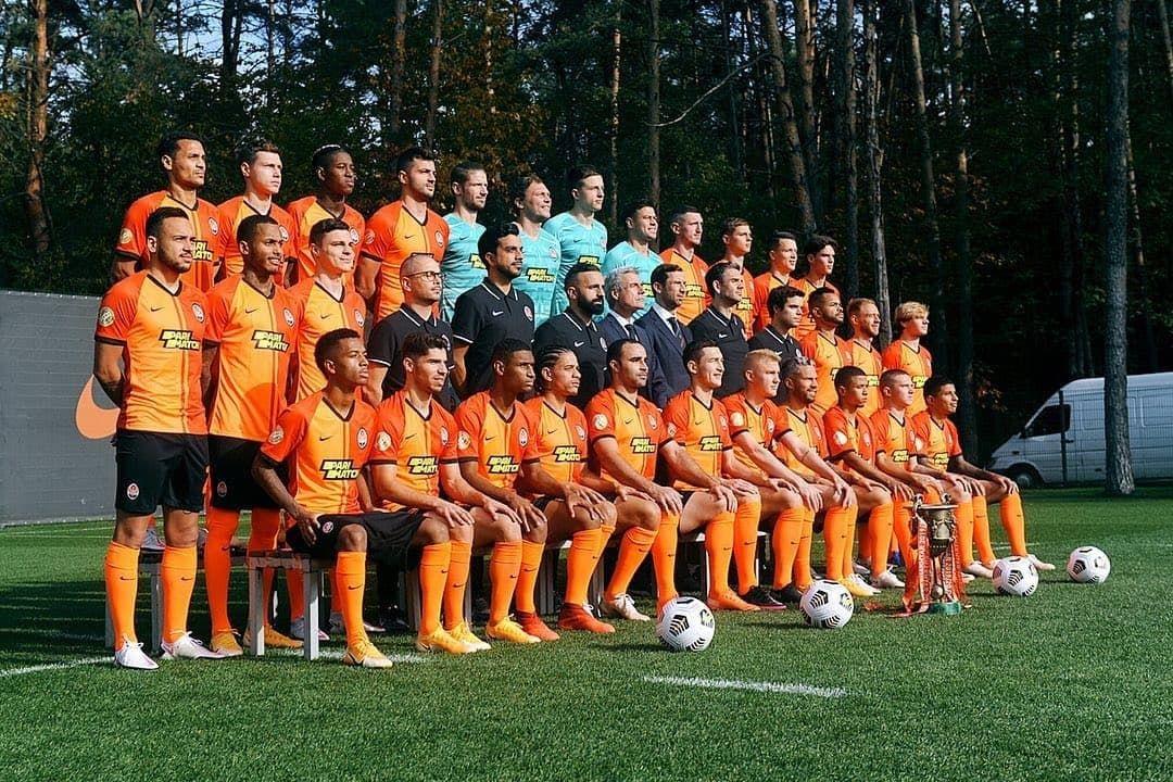 Прифотошопили. Шахтер опубликовал официальное фото команды с Мораесом - изображение 1