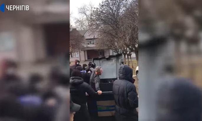 Группа людей в Чернигове провезла в мусорной урне шефа стадиона имени Гагарина