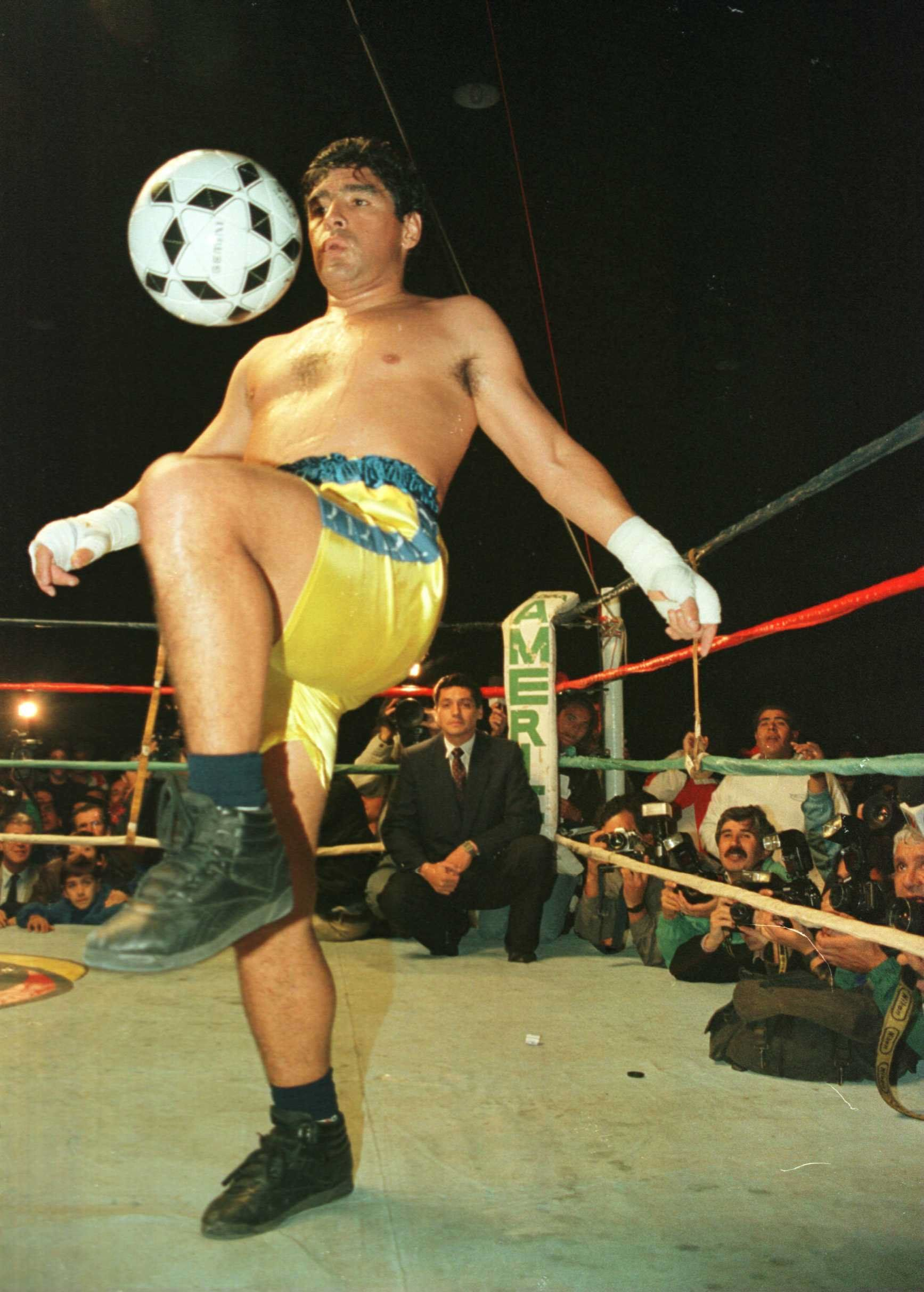 Символ футбола. ФОТО галерея памяти Диего Марадоны - фото 1