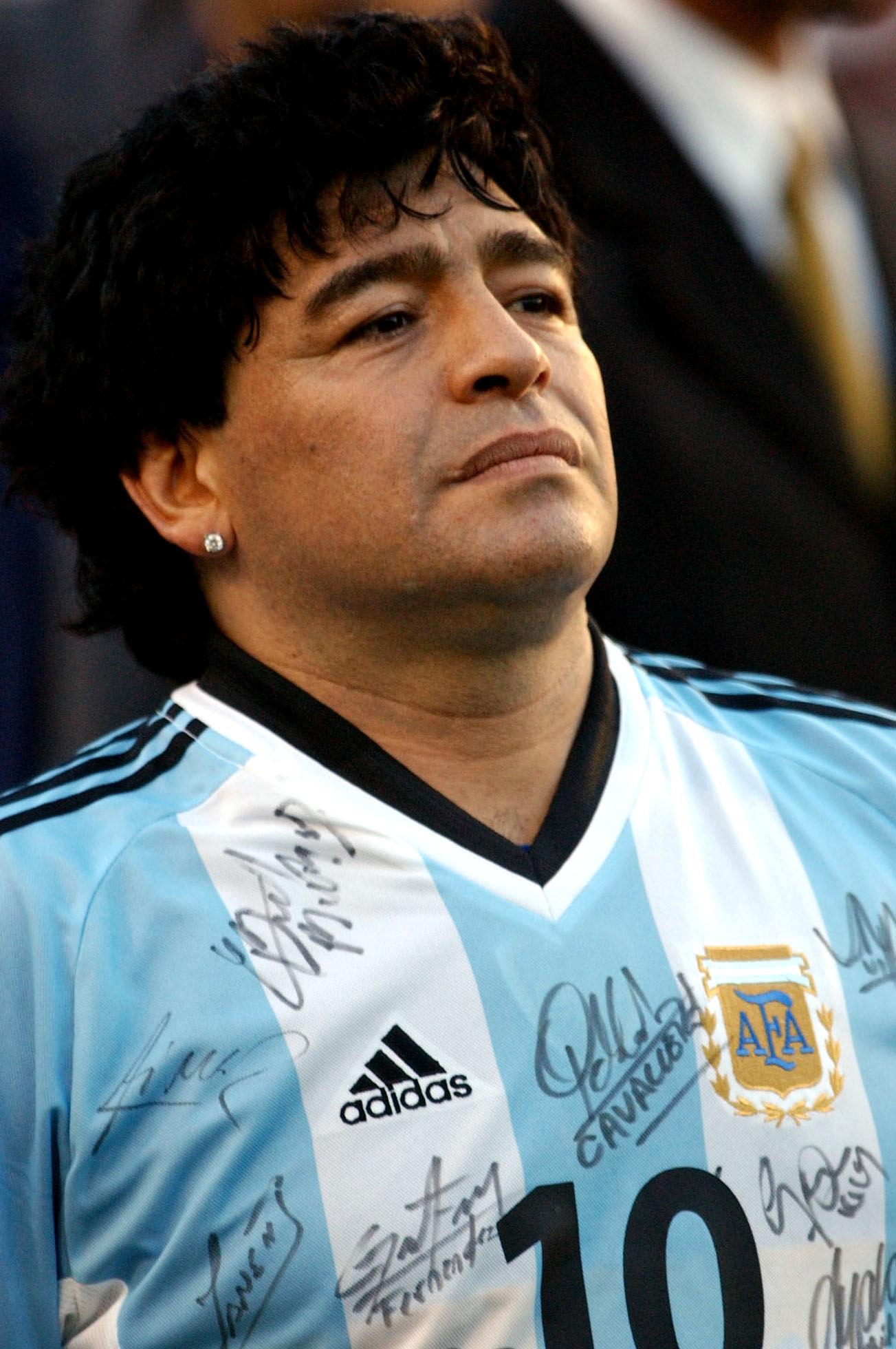 Символ футбола. ФОТО галерея памяти Диего Марадоны - фото 3