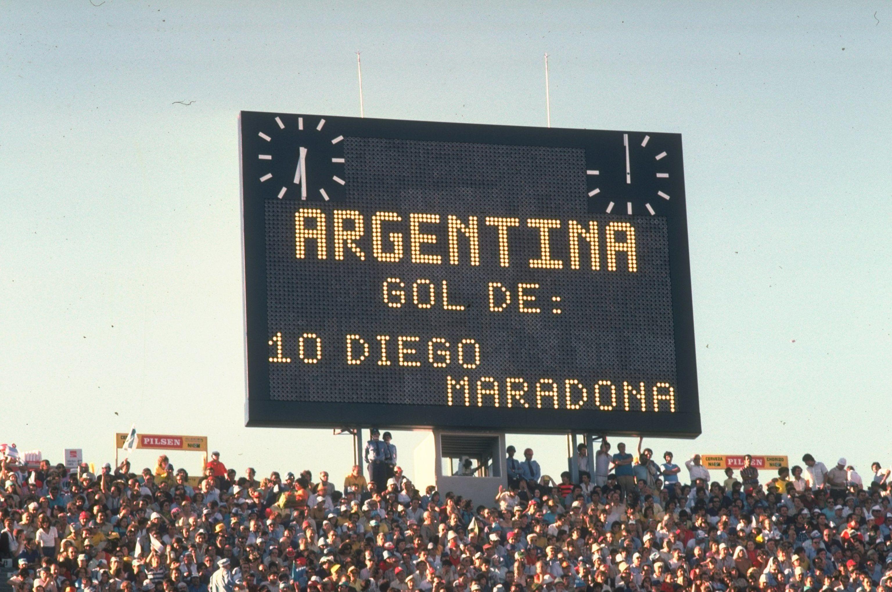 Символ футбола. ФОТО галерея памяти Диего Марадоны - фото 12