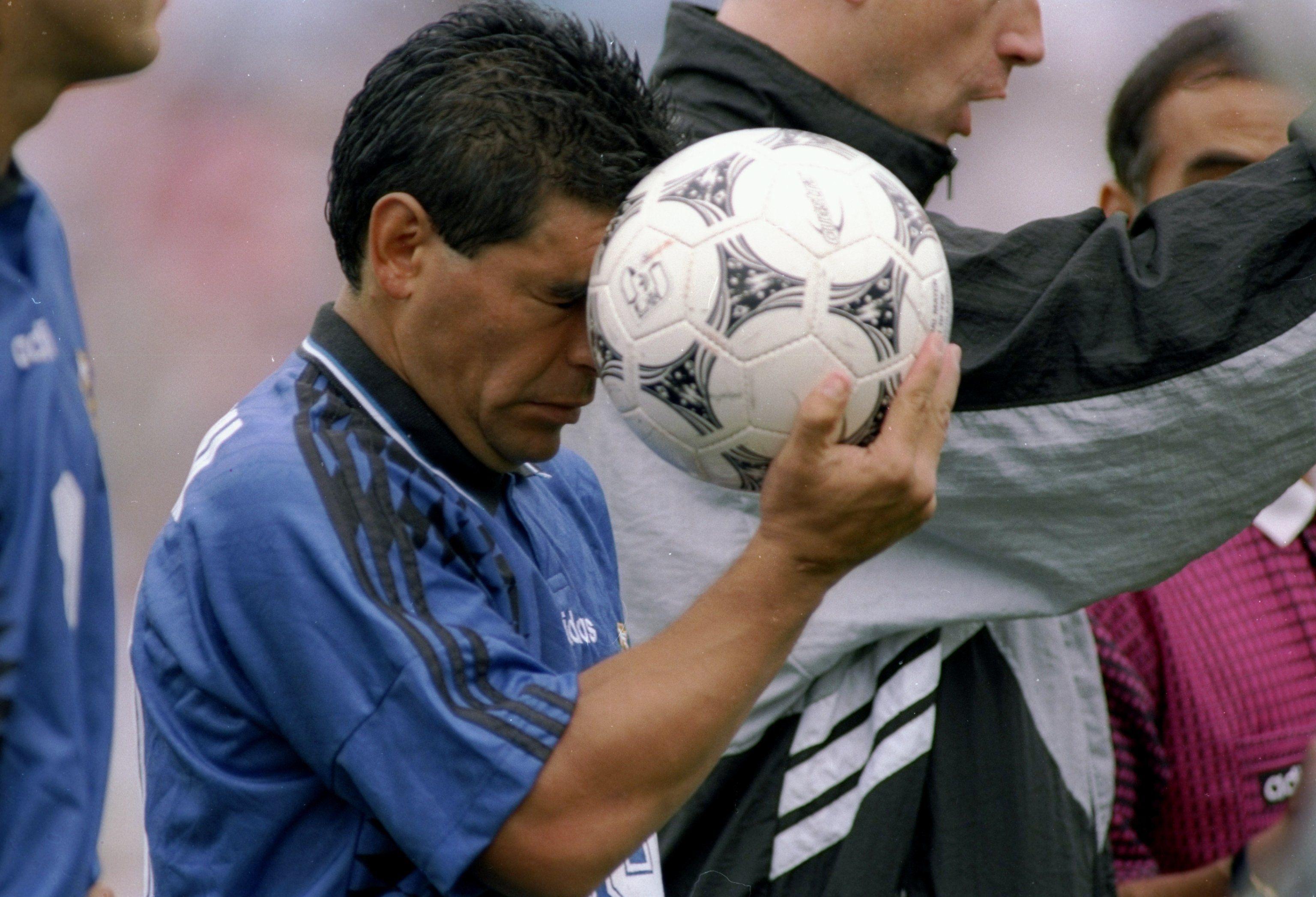 Символ футбола. ФОТО галерея памяти Диего Марадоны - фото 13