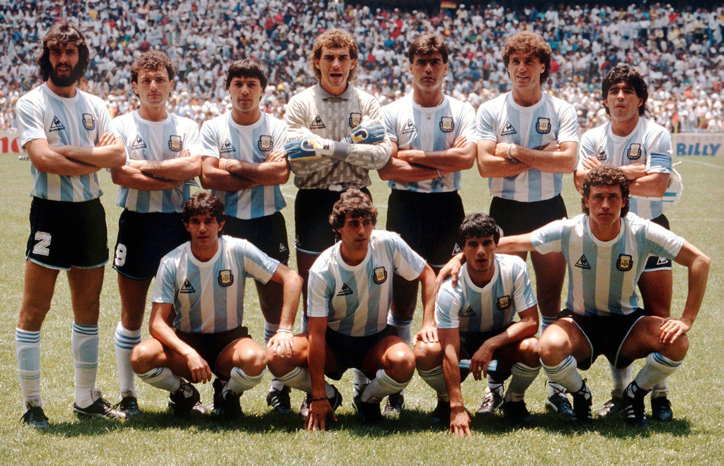 Символ футбола. ФОТО галерея памяти Диего Марадоны - фото 16