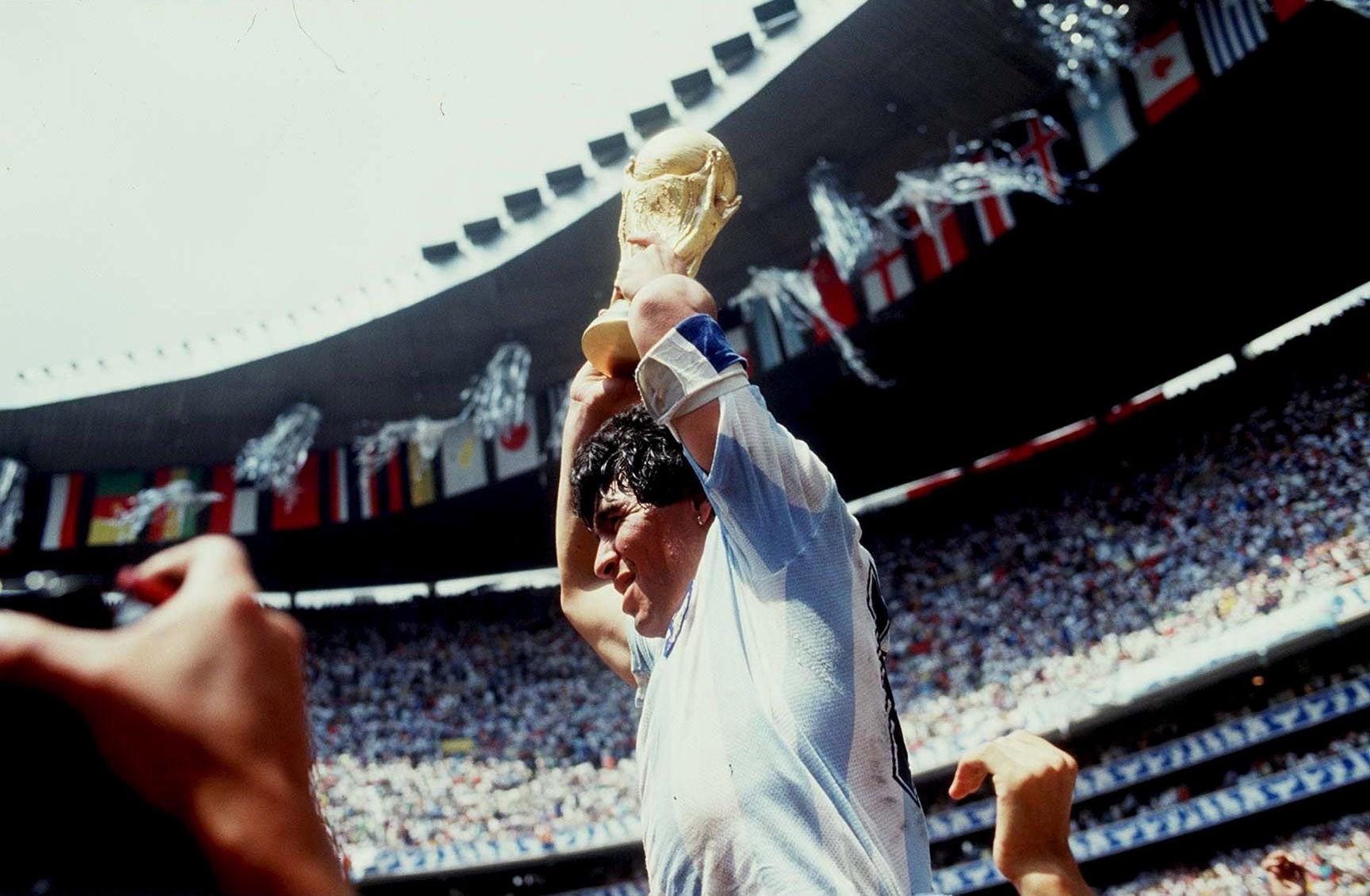 Символ футбола. ФОТО галерея памяти Диего Марадоны - фото 21