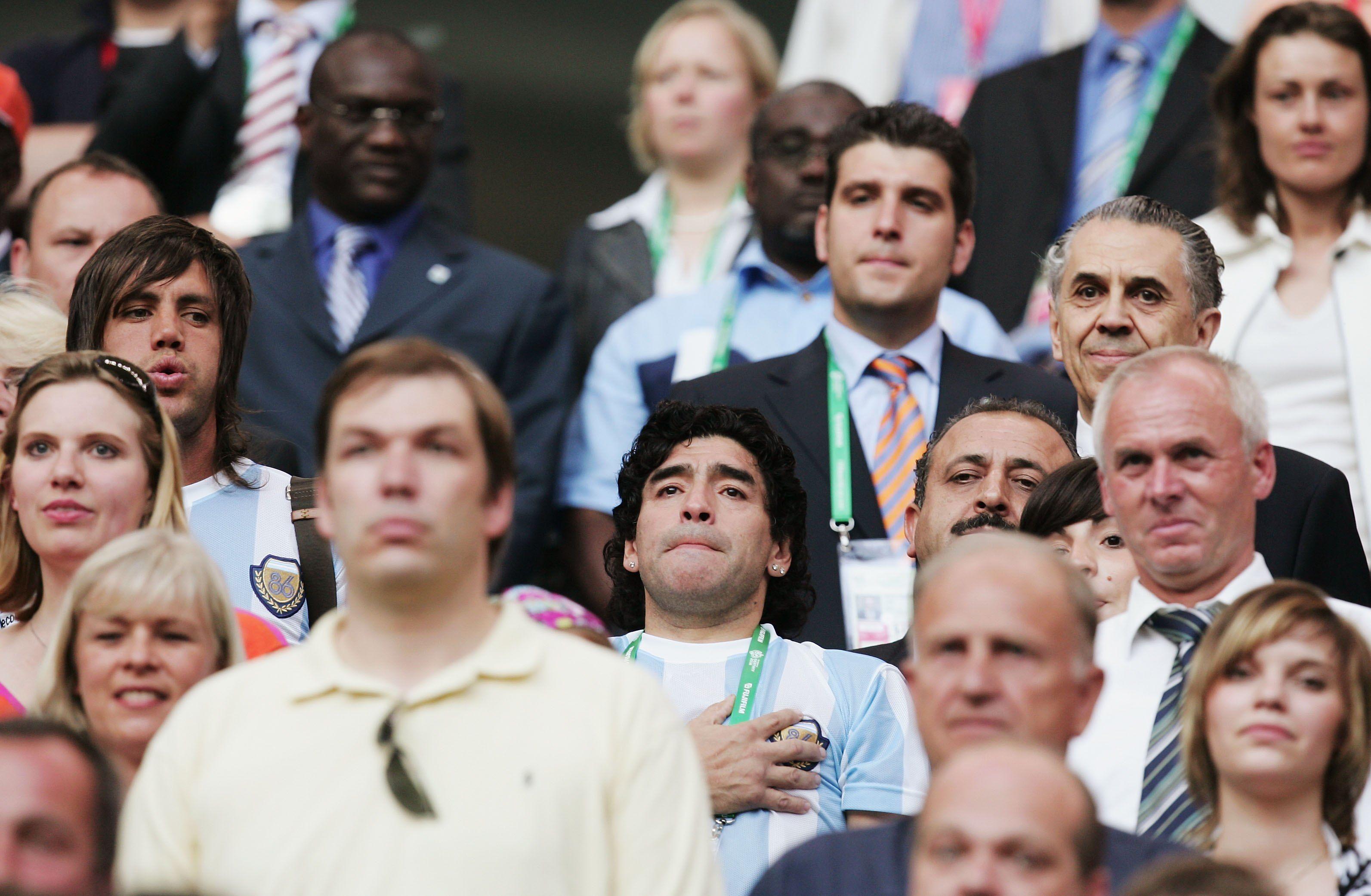 Символ футбола. ФОТО галерея памяти Диего Марадоны - фото 24